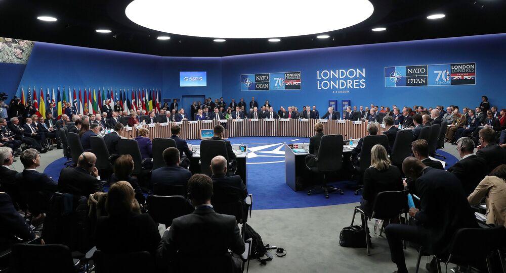 Sessão plenária da cúpula da OTAN no Reino Unido