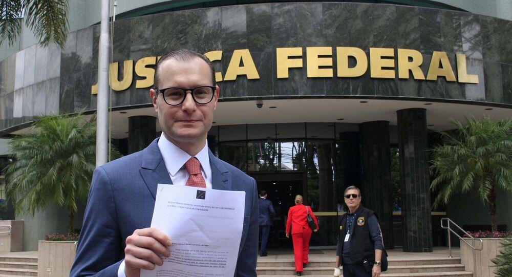 Cristiano Zanin Martins, advogado do ex-presidente Lula, na sede da Polícia Federal em Curitiba (PR).