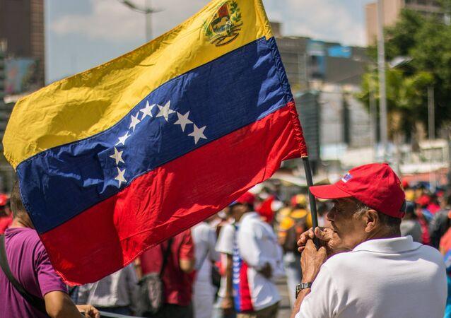 Homem com a bandeira da Venezuela