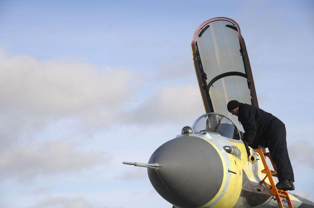 Operário da fábrica de aeronaves de Lukhovitsy durante preparo para voo de um avião MiG