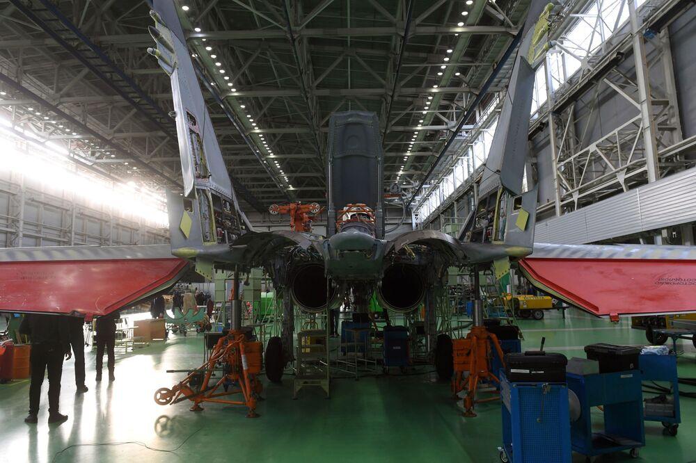 Caça multifuncional MiG-35 na seção de montagem da fábrica de aeronaves de Lukhovitsy