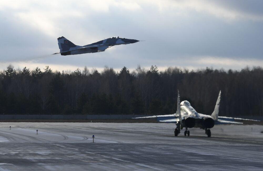 Caças multifuncionais MiG-35 no polígono de testes da fábrica de aeronaves de Lukhovitsy