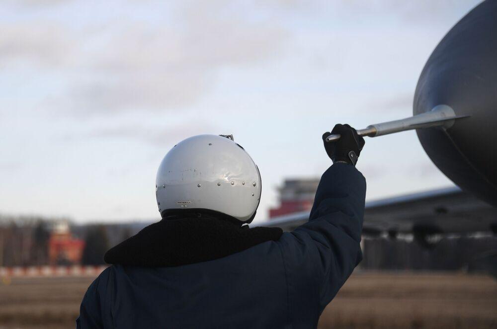 Piloto de testes no polígono da fábrica de aeronaves de Lukhovitsy