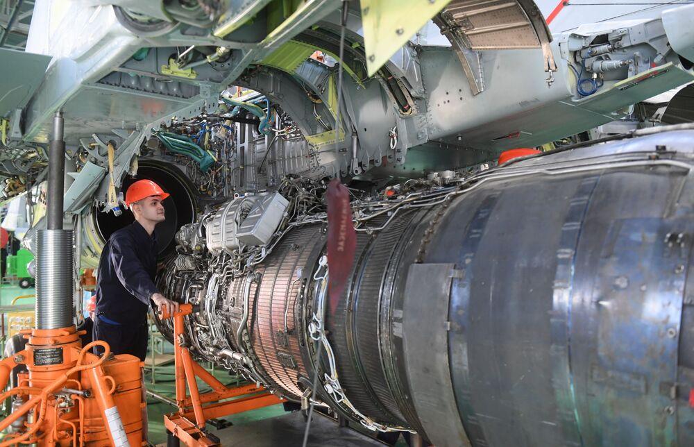 Operário da fábrica de aeronaves de Lukhovitsy na seção de montagem