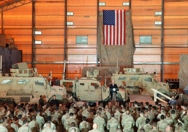 Vice-presidente dos EUA, Mike Pence, na base aérea norte-americana de Al Asad, no Iraque