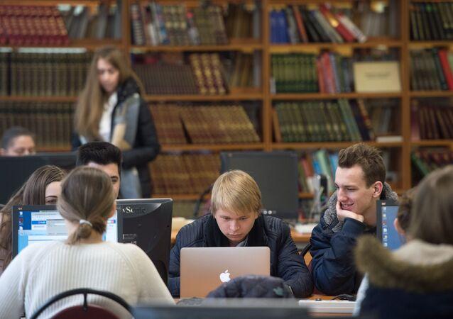 Alunos estudam na biblioteca da renomada Universidade Nacional de Pesquisa Nuclear (MEPhI) de Moscou