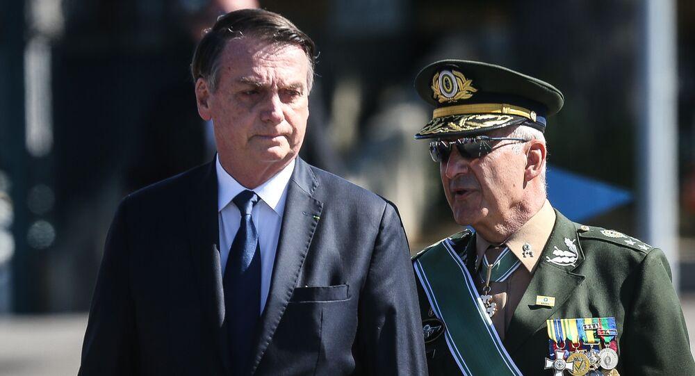 O presidente Jair Bolsonaro é acompanhado pelo general Ramos, durante a solenidade comemorativa do Dia do Exército na sede do Comando Militar do Sudeste, na zona sul de São Paulo, em 18 de abril de 2019.