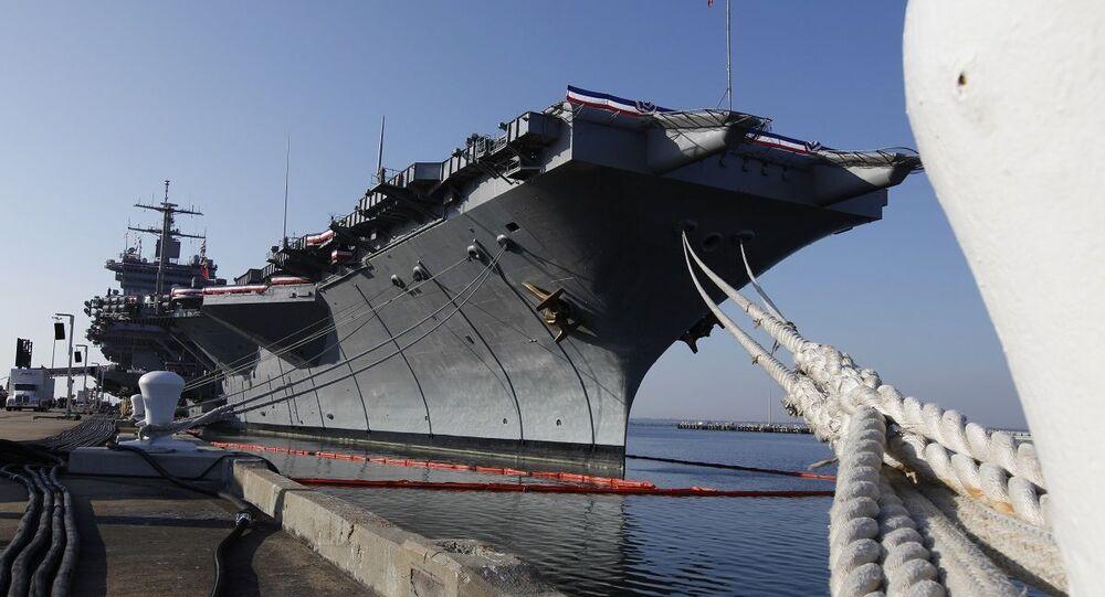 Porta-aviões USS Enterprise atracado na base naval americana de Norfolk