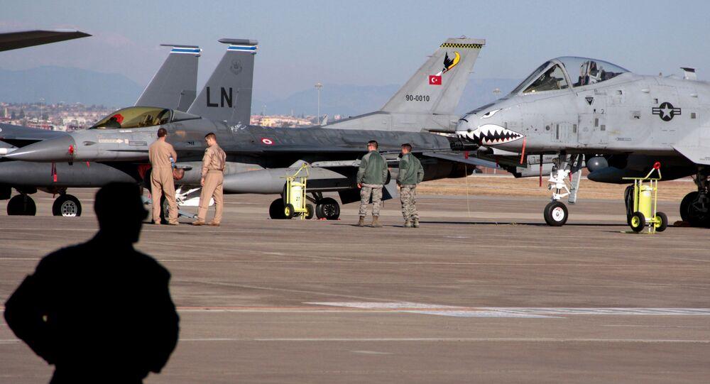 Aviadores dos EUA ao lado de caças após visita do secretário de Defesa Ash Carter à base aérea de Incirlik, perto de Adana, na Turquia (foto de arquivo)