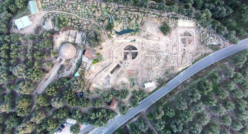 Vista aérea do local mostra o túmulo Tolo IV, à esquerda, encontrado pelo arqueólogo norte-americano Carl Blegen em 1939, relacionado aos dois túmulos familiares chamados Tolo VI e Tolo VII