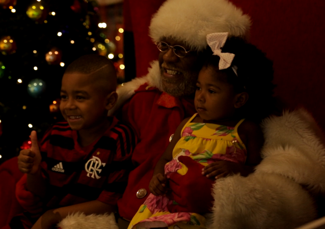 Campanha 'Natal de todas as cores' traz primeiro Papai Noel negro em shoppings do Rio
