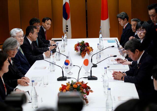 Ministro de Relações Exteriores do Japão, Toshimitsu Motegi, se encontra com a ministra sul-coreana Kang Kyung-wha em Nagoya