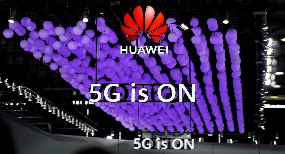 Logotipo da Huawei e uma placa do 5G são fotografados no Mobile World Congress em Xangai, China