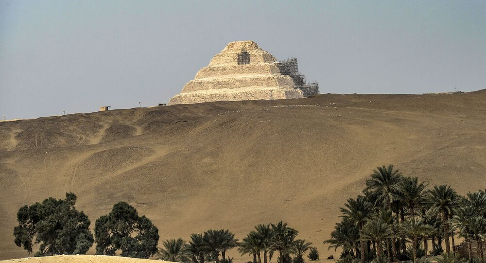 Djoser (ou Geser), uma pirâmide de degraus na necrópole de Sacará, cerca de 35 quilômetros a sul da capital do Egito, Cairo