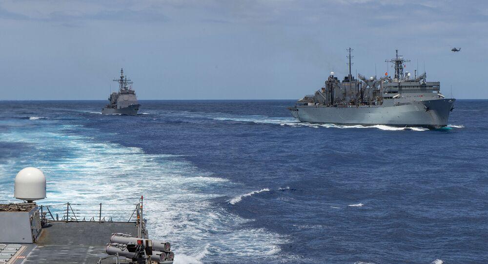 Cruzador da classe Ticonderoga USS Leyte Gulf (CG 55) navegando do lado direito do navio de apoio de combate rápido USNS Arctic (T-AOE 9) no Mediterrâneo