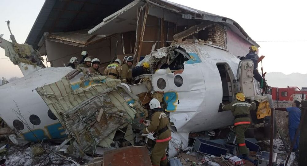 Serviços de emergência trabalham no local da queda do avião Fokker-100 em Almaty, Cazaquistão, 27 de dezembro de 2019