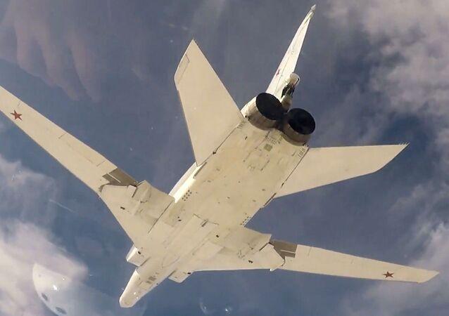 Bombardeiro de longo alcance Tu-22M3 realizando um ataque aéreo na Síria contra posições do grupo terrorista Daesh (organização terrorista proibida na Rússia e em outros países)