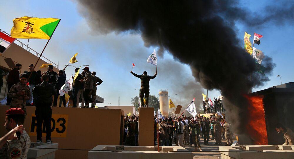 Manifestantes próximos à Embaixada dos EUA em Bagdá, no Iraque, no dia 31 de dezembro de 2019