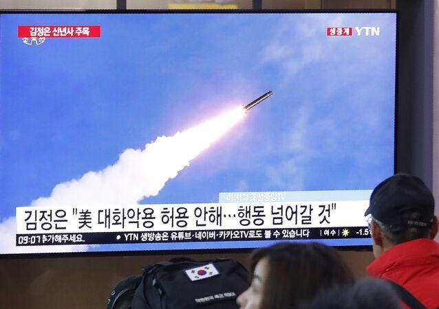 Tela de televisão em estação ferroviária de Seul mostra foto de arquivo de lançamento de míssil norte-coreano, em 1 de janeiro de 2020
