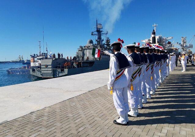 Marinheiros iranianos fazem cerimônia de recebida do navio de patrulha russo Yaroslav Mudry durante exercícios navais conjuntos do Irã, Rússia e China. Foto tirada em 27 de dezembro de 2019