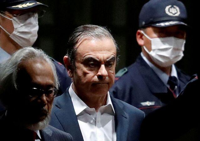 Ex-presidente da Nissan, Carlos Ghosn, sai de prisão em Tóquio, em abril de 2019