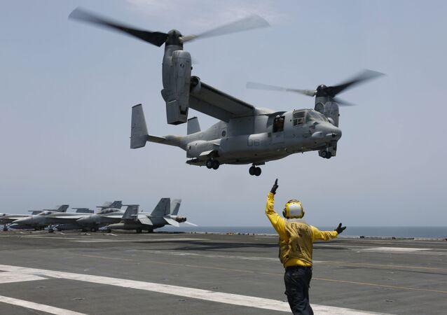 MV-22 Osprey aterrissando no porta-aviões USS Abraham Lincoln