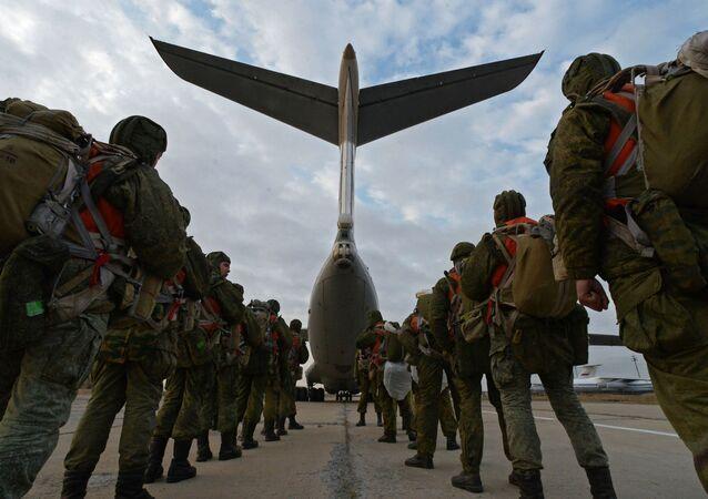 Soldados das Tropas Aerotransportadas da Rússia entrando na aeronave de transporte militar IL-76 durante exercícios táticos na região russa de Primorie