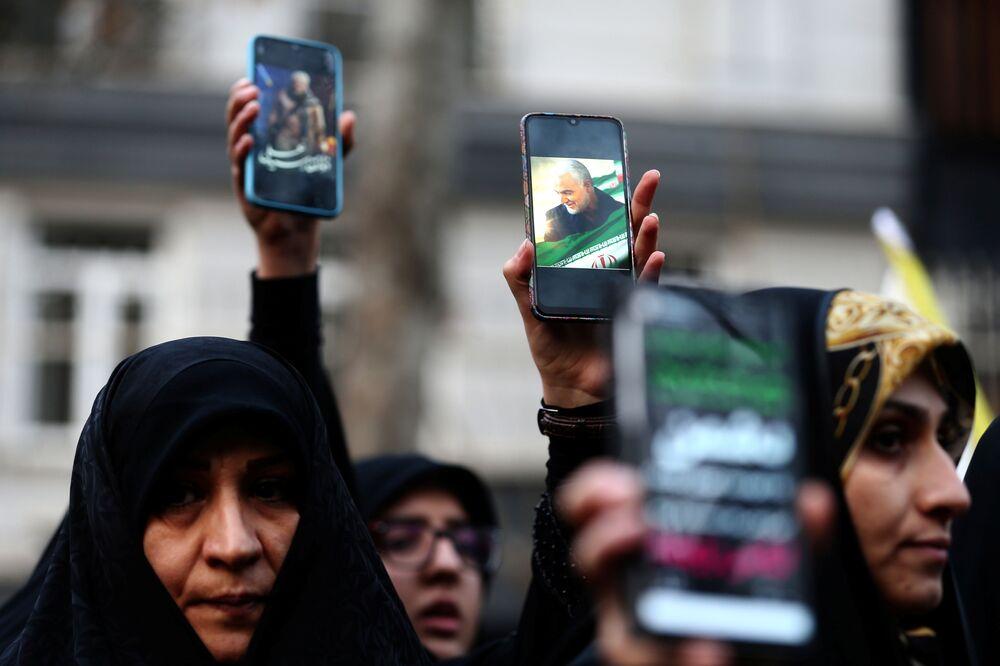 Mulheres mostram fotografias do general Qassem Soleimani, alto comandante das Forças Armadas iranianas
