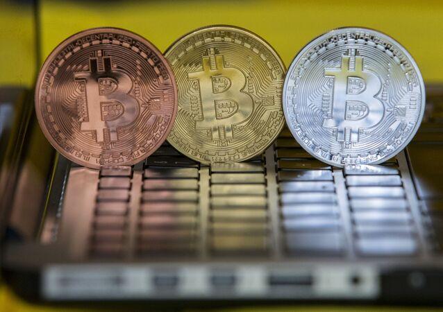 Foto de moedas de bitcoins em centro de troca, em Tel-Aviv, Israel