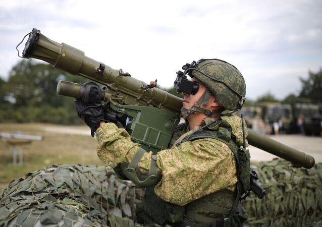 Militar com sistema portátil de mísseis antiaéreos Verba