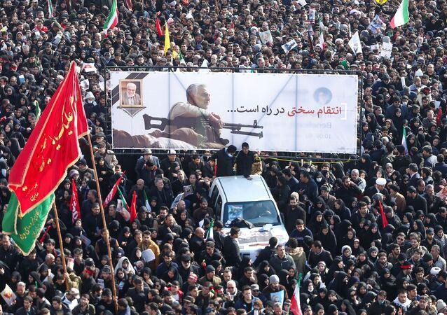 Iranianos no cortejo fúnebre do major-general Qassem Soleimani, chefe da Força Quds, e do membro sênior das Forças de Mobilização Popular Shia do Iraque, Abu Mahdi al-Muhandis
