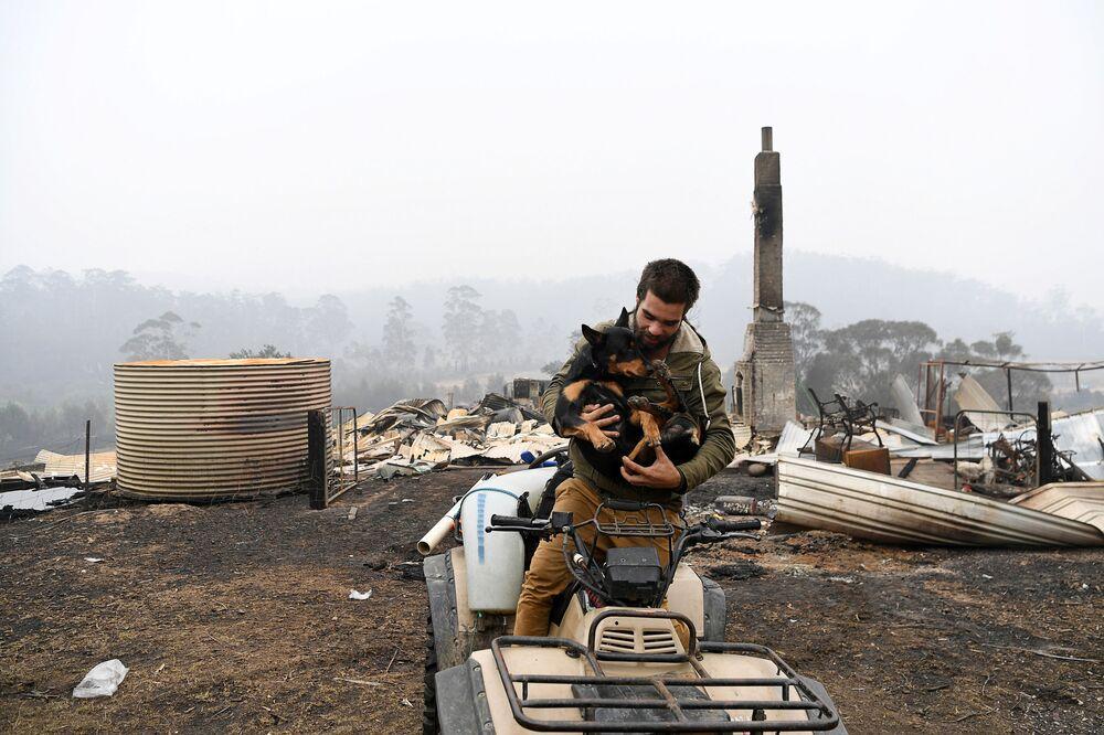 Australiano com seu cachorro visita propriedade arruinada por incêndio