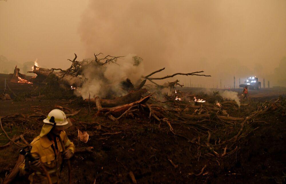 Bombeiro enfrenta efeitos do incêndio que afeta boa parte do sul da Austrália