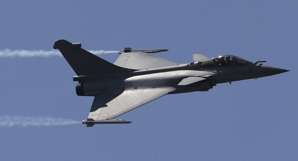 Dassault Rafale, jato francês, faz um voo de demonstração