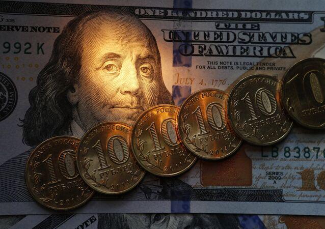 Dólar e rublo (imagem de arquivo)