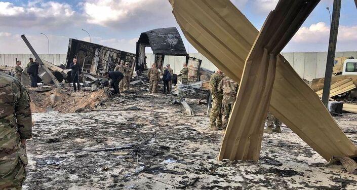 Soldados e jornalistas americanos inspecionam escombros no local do bombardeio iraniano, na base aérea de Ain Al-Asad, Anbar, Iraque, 13 de janeiro de 2020