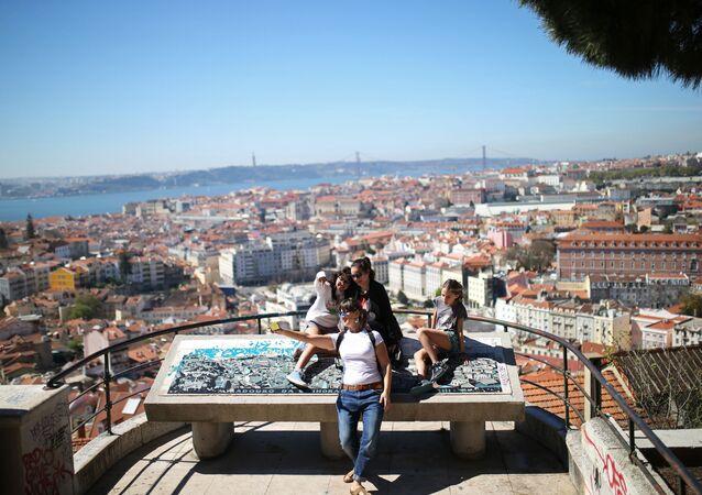Turistas tiram selfie no mirante Nossa Senhora do Monte em Lisboa, Portugal