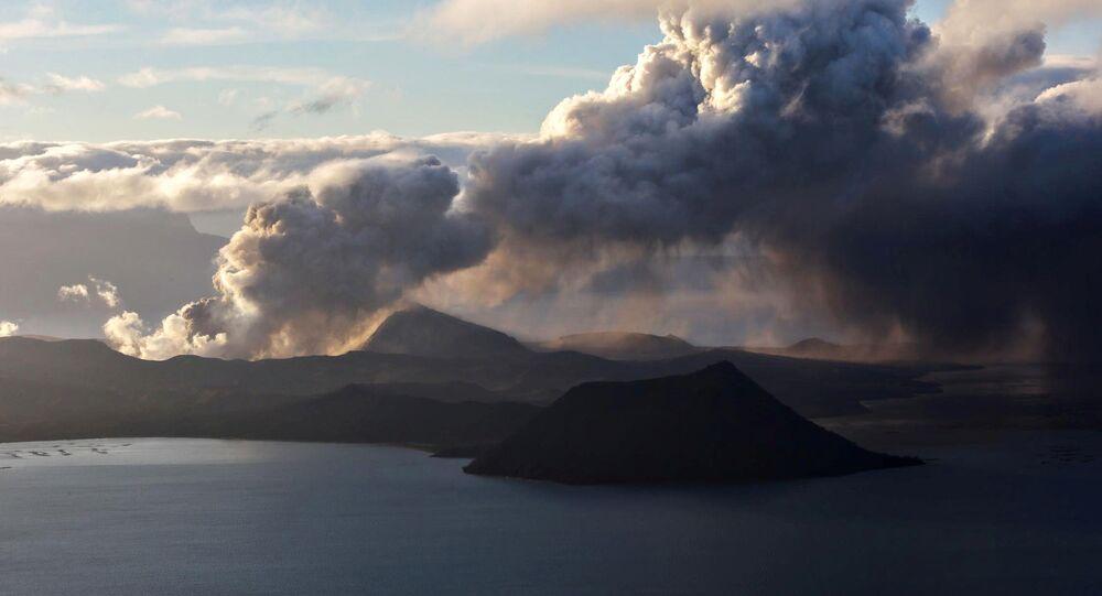 Vulcão Taal em plena erupção durante pôr do sol, 14 de janeiro de 2020