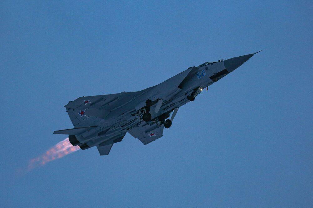 Caça MiG-31 da Rússia durante treinamento de pilotos na região russa de Murmansk