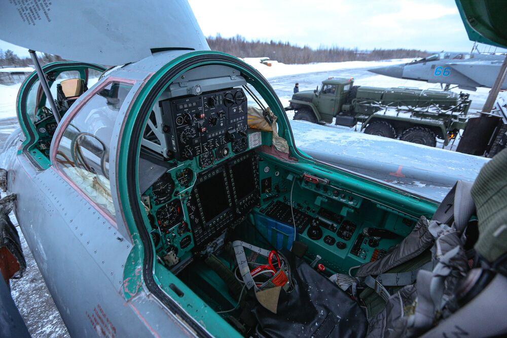 Cabine do caça MiG-31 antes do início do treinamento realizado na região de Murmansk