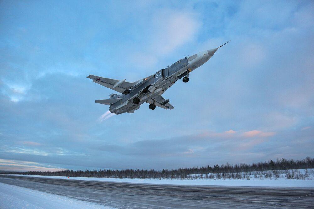 Caça-bombardeiro Su-24 levantando voo durante treinamento militar na região russa de Murmansk