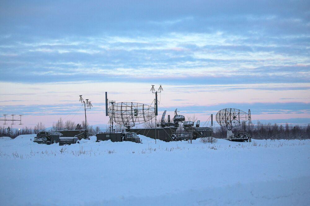 Estação de radar ao lado de uma pista de pouso e decolagem na região russa de Murmansk