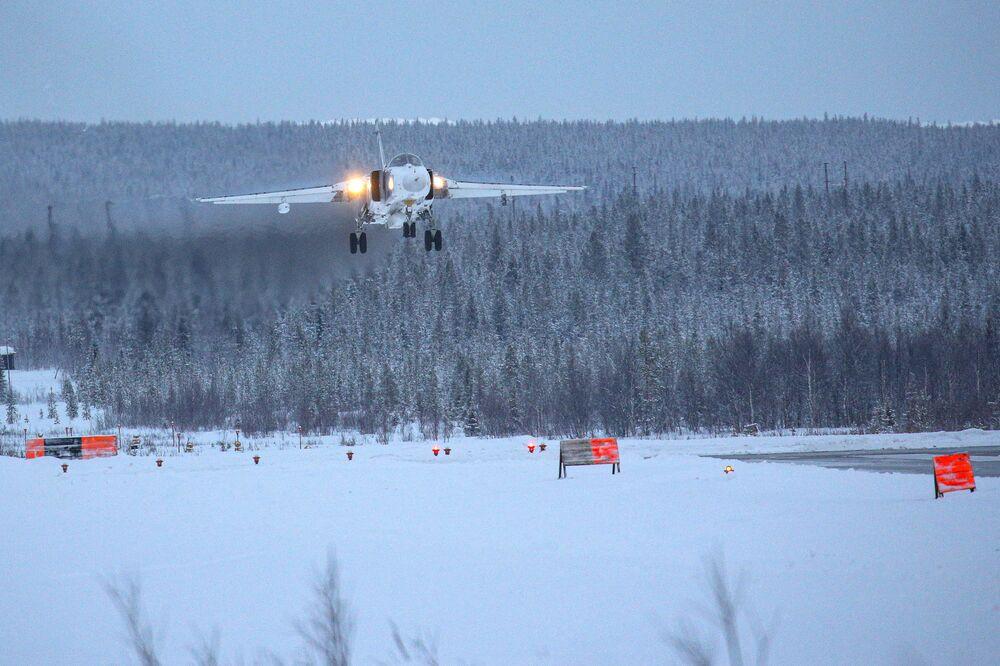 Jato Su-24 se aproximando da pista de pouso durante voos de treinamento na região russa de Murmansk