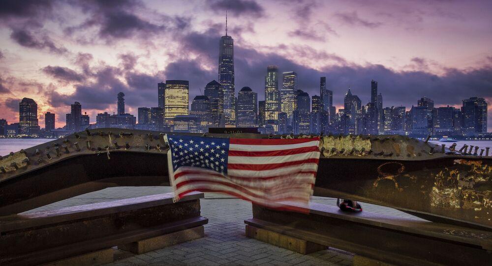 Bandeira dos EUA hasteada em uma viga de aço danificada nos ataques de 11 de setembro de 2001 ao World Trade Center