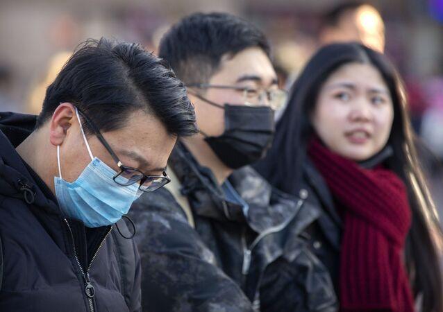 Pessoas usam máscaras faciais devido a surto de coronavírus, em Pequim, China, 20 de janeiro de 2020