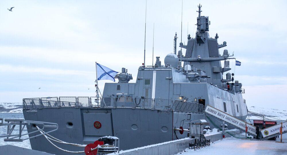 Fragata de patrulha da zona marítima afastada Admiral Kasatonov, do projeto 22350, atracada no porto de Severomorsk