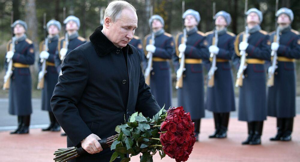 Presidente russo, Vladimir Putin, põe flores em monumento em memória aos soldados da 2ª Guerra Mundial (foto de arquivo)