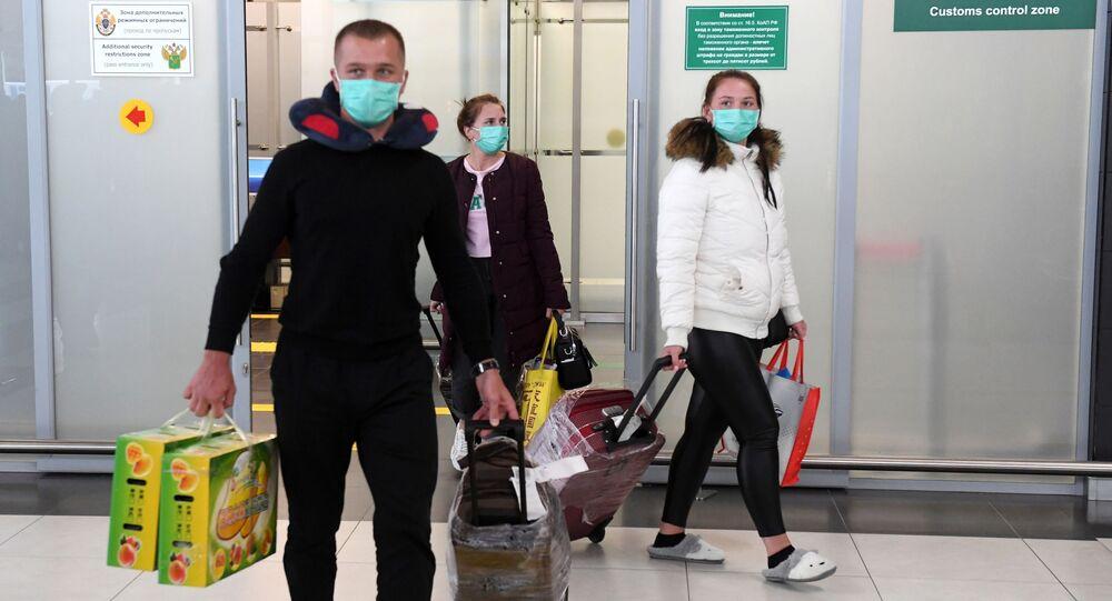 Turistas vindos da China, epicentro do coronavírus, chegam em aeroporto em Kazan, na Rússia.