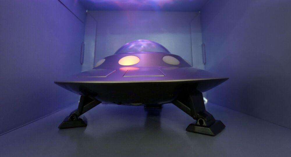 Réplica de OVNI é apresentado durante o evento TTPM Holiday Showcase em Nova York (foto de arquivo)