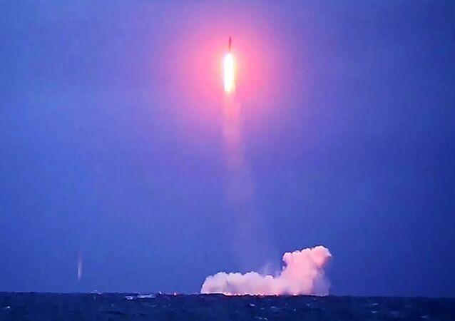 Lançamento do míssil balístico intercontinental Sineva a partir do submarino nuclear russo Verkhoturye (imagem referencial)